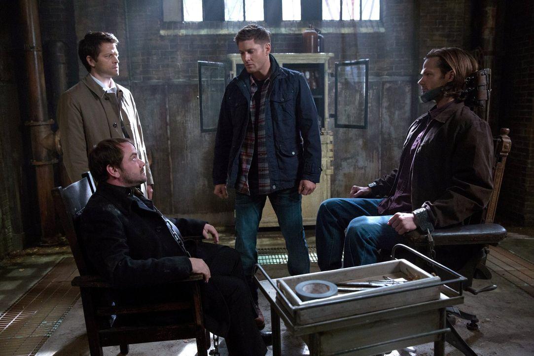 Um Sam (Jared Padalecki, r.) zu retten, müssen Castiel (Misha Collins, l.) und Dean (Jensen Ackles, 2.v.r.) ausgerechnet auf die Hilfe von Crowley (... - Bildquelle: 2013 Warner Brothers