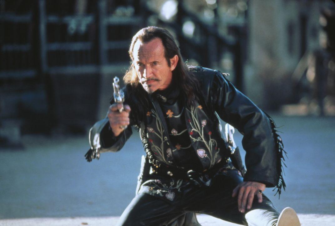 Der eitle Ace Hanlon (Lance Henriksen) kann mit seinen Gegnern nicht mithalten ... - Bildquelle: Columbia TriStar Film