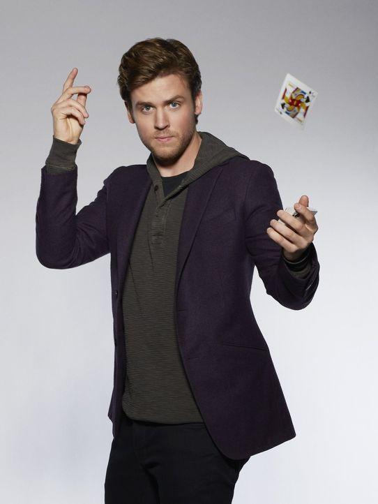 (1. Staffel) - Magier Cameron Black (Jack Cutmore-Scott) muss seine Bühnenshows nach einem Skandal beenden, doch das bedeutet nicht das Ende seiner... - Bildquelle: Warner Bros.