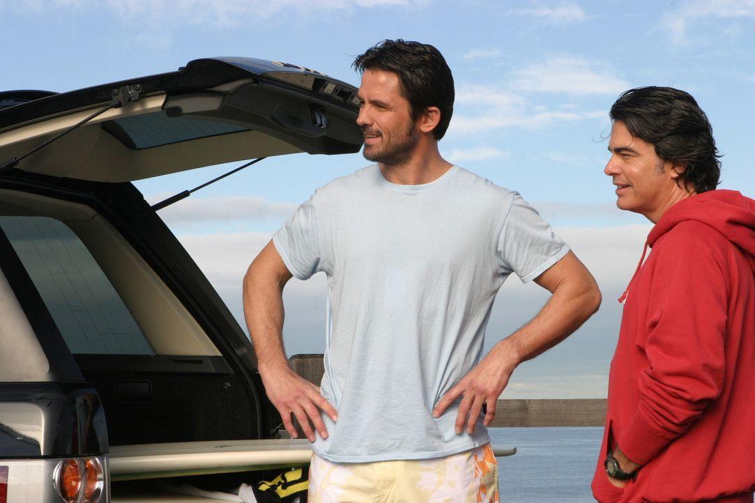Sandy (Peter Gallagher, r.) und Carter (Bill Campbell, l.) verbringen viel Zeit miteinander, wovon Kirsten nicht begeistert ist ... - Bildquelle: Warner Bros. Television