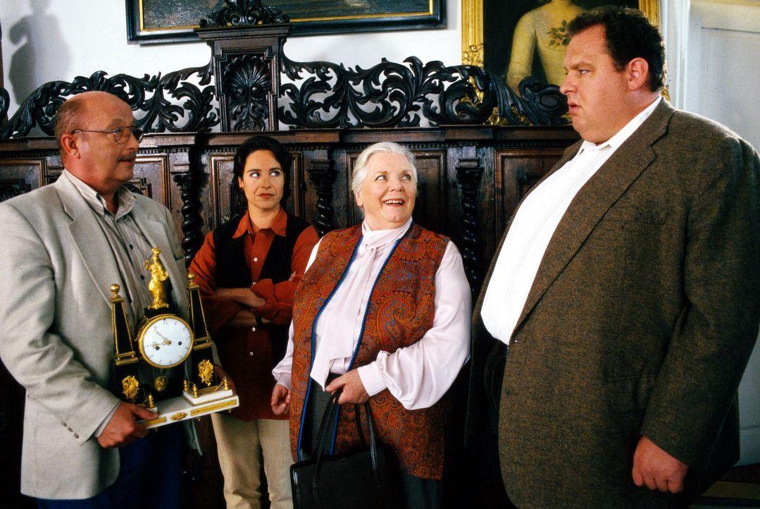 Resi Berghammer (Ruth Drexel, 2.v.r.) hat ihrem Pensionsgast eine alte Uhr verkauft. Doch als dieser plötzlich ums Leben kommt, stellt sich heraus,... - Bildquelle: Magdalena Mate Sat.1