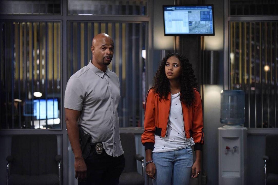 Helikoptervater Murtaugh (Damon Wayans, l.) dachte, er hätte einen guten Draht zu seiner Tochter Riana (Chandler Kinney, r.), doch dann wird sie bei... - Bildquelle: Warner Brothers