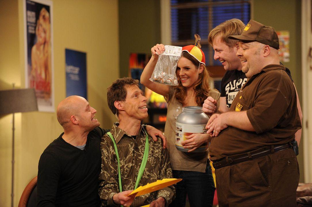 Jürgen (l.) versucht Maddin (2.v.l.), Birthe (M.), Martin (2.v.r.) und Dirk (r.) zu überzeugen, das Homeshopping super ist und zeigt freudig seine e... - Bildquelle: Willi Weber SAT.1