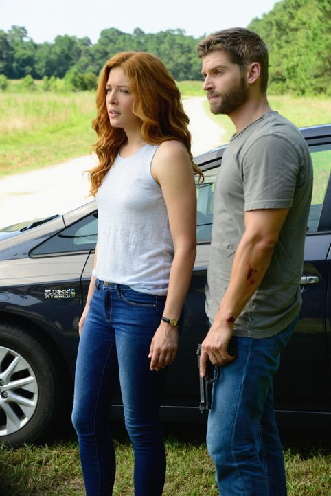 Julia (Rachelle LeFevre, l.) und Barbie (Mike Vogel, r.) versuchen, Barbies Kind zu retten ... - Bildquelle: Brownie Harris 2015 CBS Studios Inc.