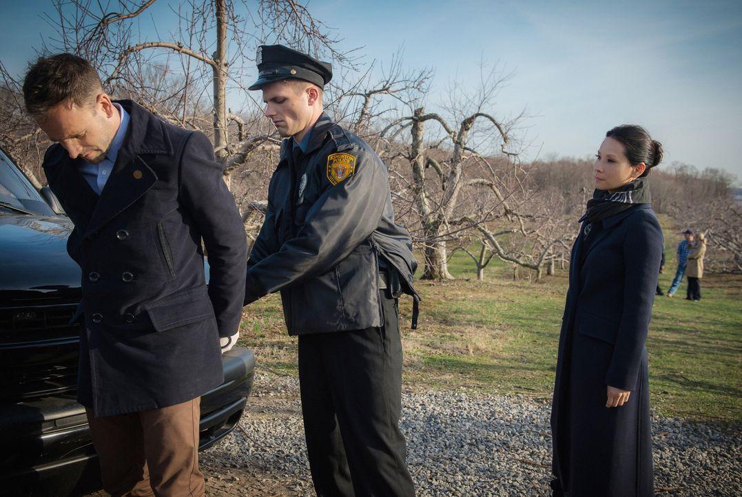Dumm gelaufen für Holmes (Jonny Lee Miller, l.): Bei seinen Ermittlungen mit Watson (Lucy Liu, r.) wird er versehentlich festgenommen ... - Bildquelle: CBS Television