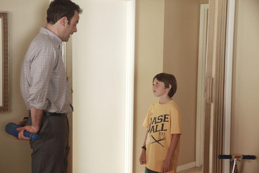 Während Amelia im Drogenrausch Ryan kennenlernt und mit ihm abhängt, genießt Cooper (Paul Adelstein, l.) die Zeit mit seinem Sohn Mason (Griffin... - Bildquelle: ABC Studios