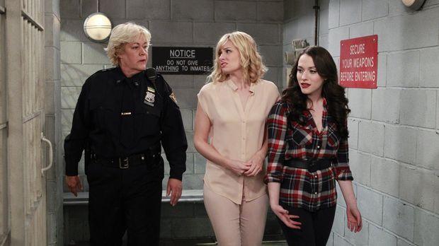 Freundschaft werden Caroline (Beth Behrs, M.) und Max (Kat Dennings, r.) mit...