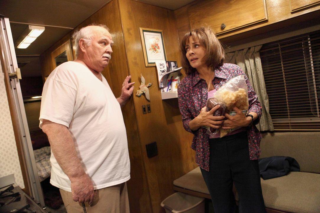 Frankie (Patricia Heaton, r.) ist stolz, als Mr. Elhert (Brian Doyle-Murray, l.) sie zu einem Workshop mitnimmt, doch dann stellt sich heraus, dass... - Bildquelle: Warner Brothers