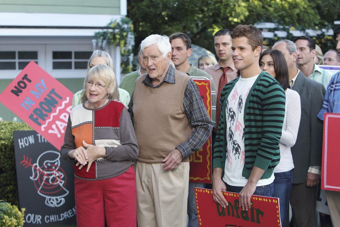 Wollen gegen Pauls Vorhaben protestieren: Karen McCluskey (Kathryn Joosten, l.), Roy (Orson Bean, 2.v.r.), Porter (Charlie Carver, 2.v.r.) und Susan... - Bildquelle: ABC Studios