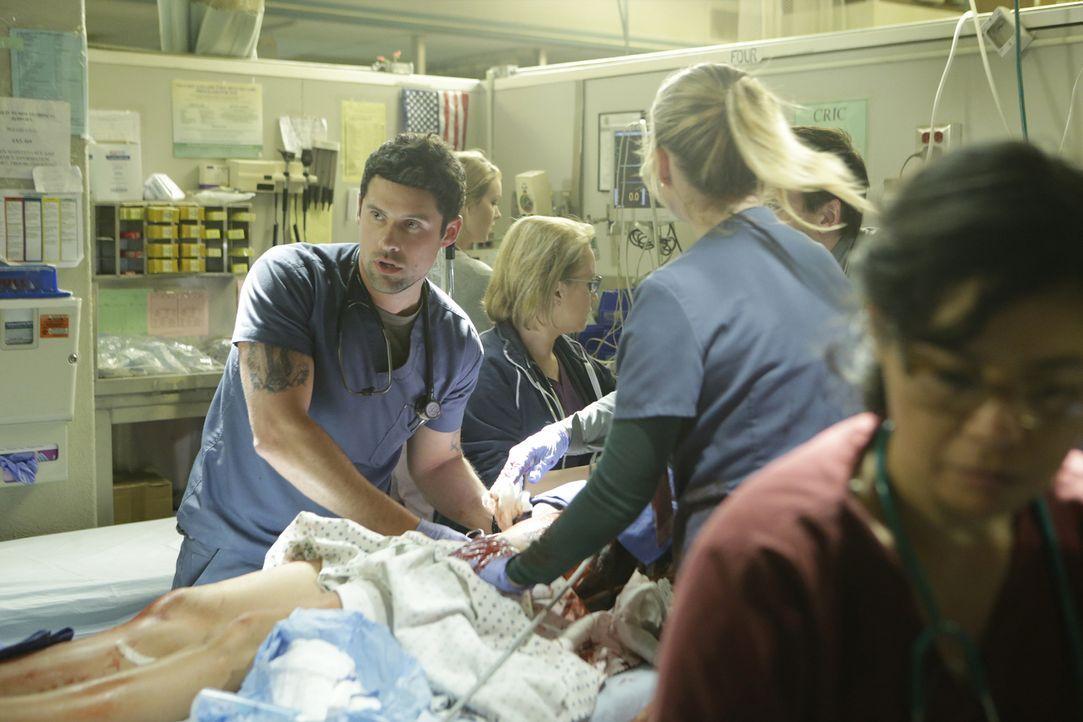 In der Tiefgarage wird Malaya Pineda von Gordon, einem Patienten, angegriffen und verletzt. Ihr Kollegen versuchen alles, um sie zu retten: Christa... - Bildquelle: Sonja Flemming 2016 ABC Studios. All rights reserved.