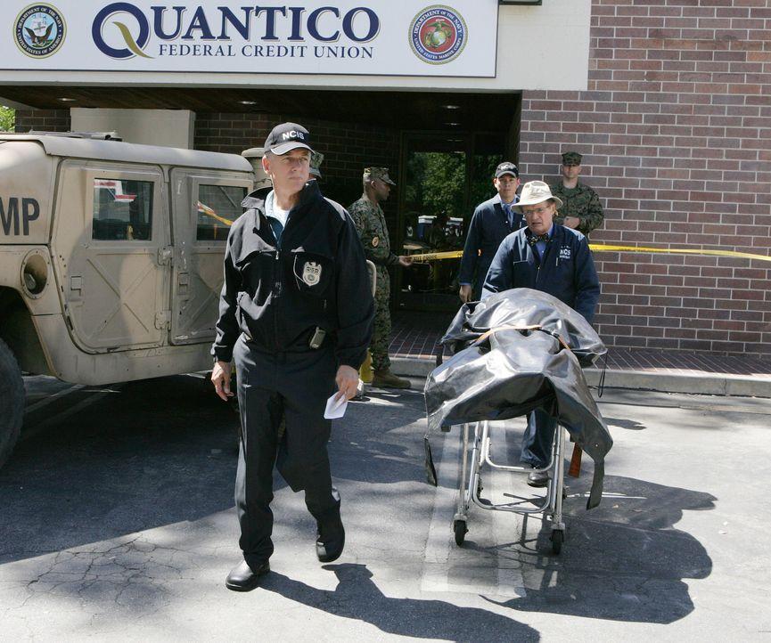 Bei einem Überfall auf die Bank auf dem Navy-Stützpunkt in Quantico, wird ein Wachmann erschossen. Gibbs (Mark Harmon, l.), Ducky (David McCallum,... - Bildquelle: CBS Television