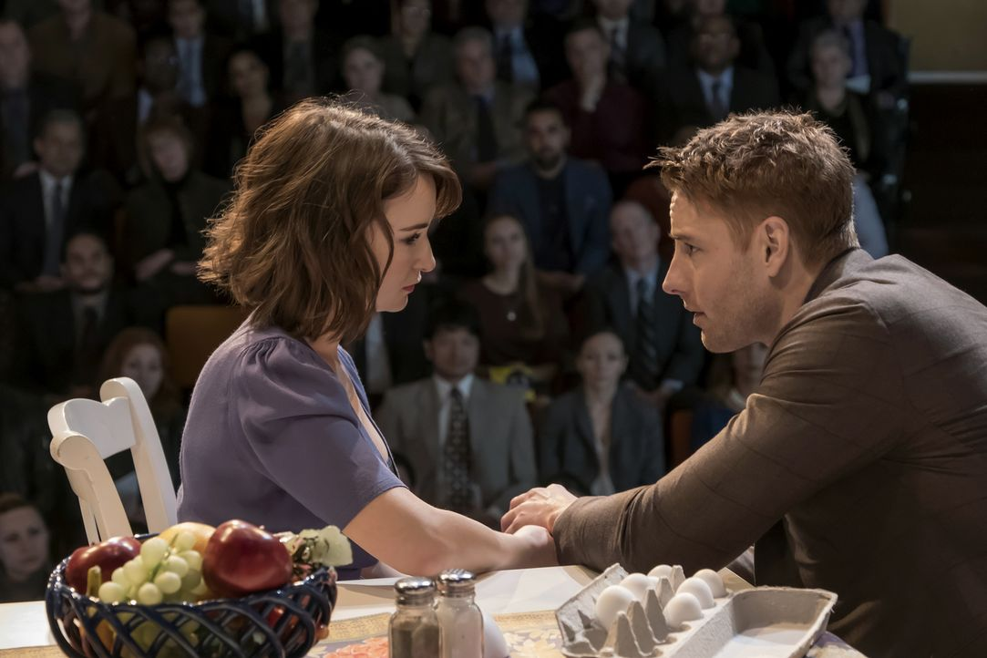 Wie wird ihr Stück beim Publikum ankommen? Kevin (Justin Hartley, r.) und Sloane (Milana Vayntrub, l.) ... - Bildquelle: Ron Batzdorff 2016-2017 Twentieth Century Fox Film Corporation.  All rights reserved.   2017 NBCUniversal Media, LLC.  All rights reserved.