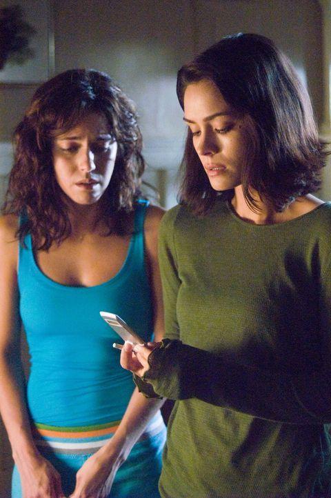 Voller Entsetzen hört Beth (Shannyn Sossamon, r.) auf dem Handy die letzten Sekunden im Leben ihrer Freundin, obwohl Taylor (Ana Claudia Talancón, l... - Bildquelle: Warner Bros. Television