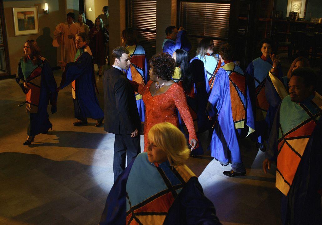 Gemeinsam schwingen sie in Elis Vision das Tanzbein: Patti (Loretta Devine, M. r.) und Eli (Jonny Lee Miller, M.l.). - Bildquelle: Disney - ABC International Television