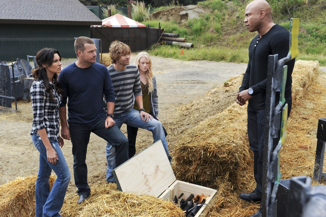 Das Chamäleon, ein berüchtigtes kriminelles Genie, lockt Callen (Chris O'Donnell, 2.v.l.), Deeks (Eric Christian Olsen, M.), Sam (LL Cool J, r.) und... - Bildquelle: CBS Studios Inc. All Rights Reserved.