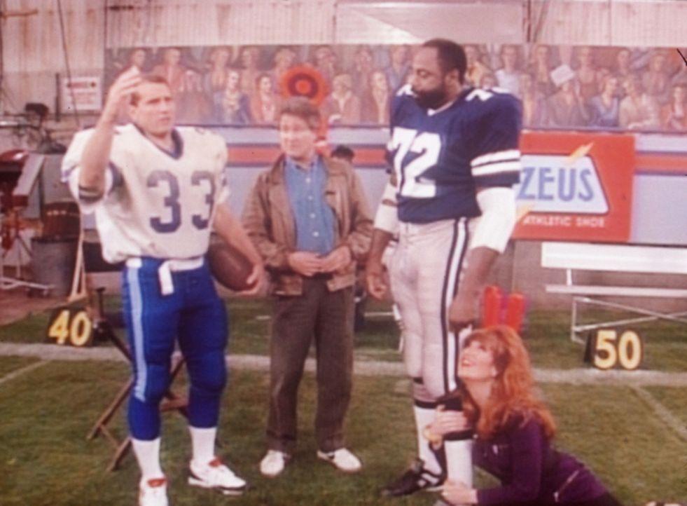 Al (Ed O'Neill, l.) und Peggy (Katey Sagal, r.) sind begeistert, als der Regisseur (Steve Vinovich, 2.v.l.) eines Werbespots ihnen die Sportlegende... - Bildquelle: Sony Pictures Television International. All Rights Reserved.