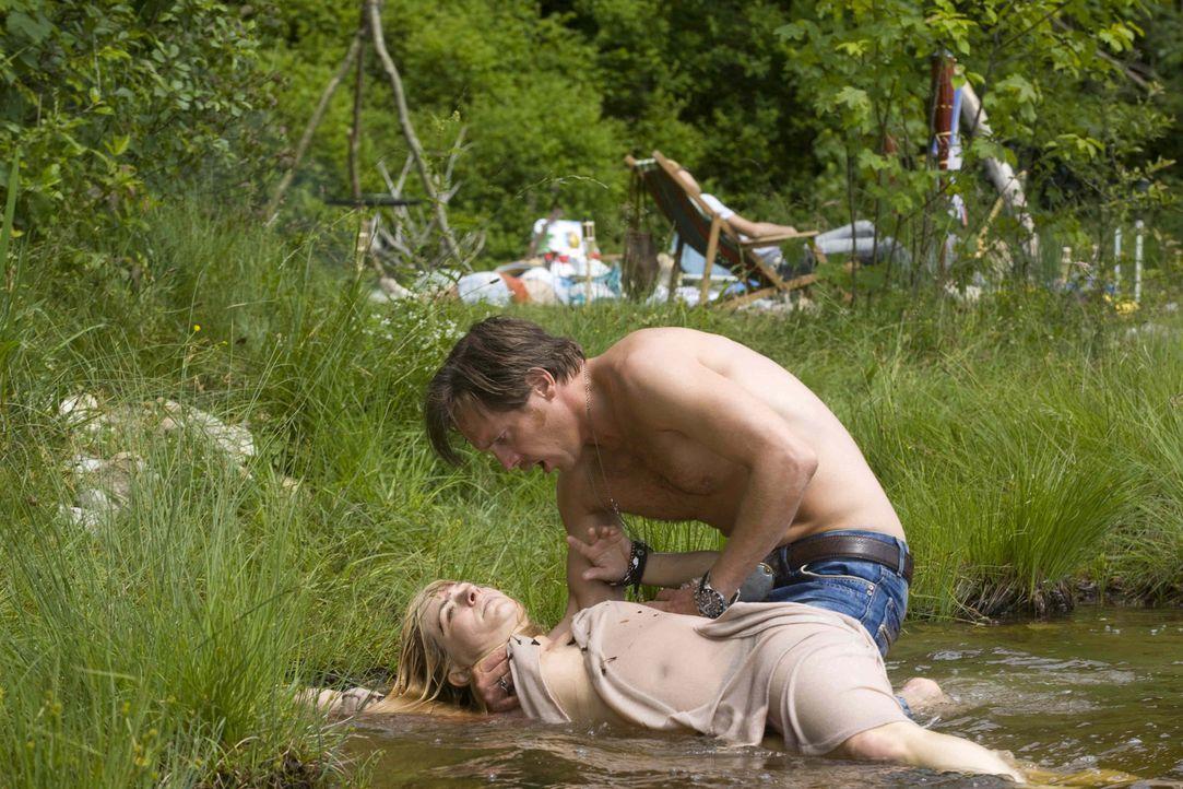 Nach einer feucht-fröhlichen Geburtstagsfeier am See findet Gerry (Johannes Zirner) sein momentanes Gspusi (Friederike Ott, liegend) ermordet vor.... - Bildquelle: Erika Hauri SAT. 1