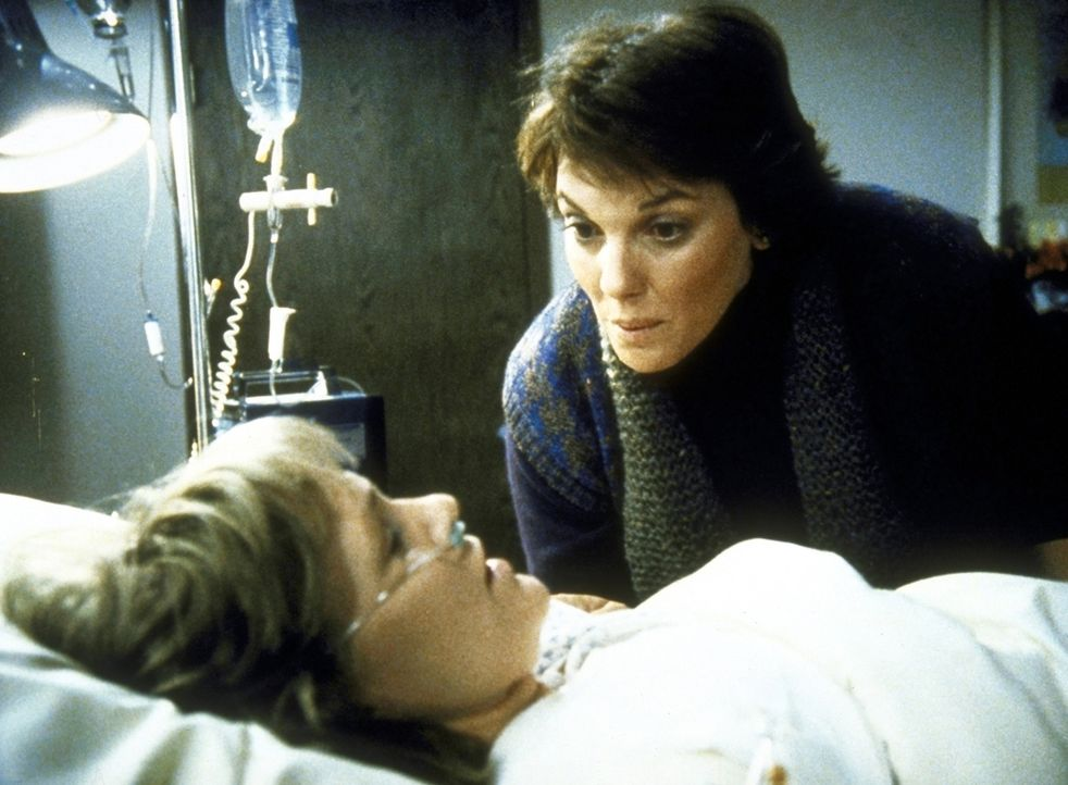 Lacey (Tyne Daly, r.) besucht Cagney (Sharon Gless) im Krankenhaus. - Bildquelle: ORION PICTURES CORPORATION. ALL RIGHTS RESERVED.