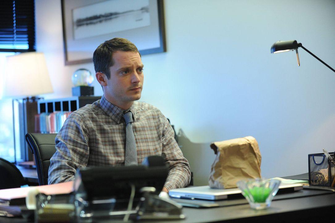 Was ist in der mysteriösen Tüte, die Ryans (Elijah Wood) Assistentin seit 30 Jahren einem Unbekannten gibt? - Bildquelle: 2014 Fox and its related entities.  All rights reserved.