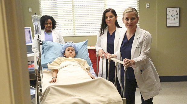 Während April sich in ihrer neuen Rolle im Krankenhaus am ersten Tag einigen...