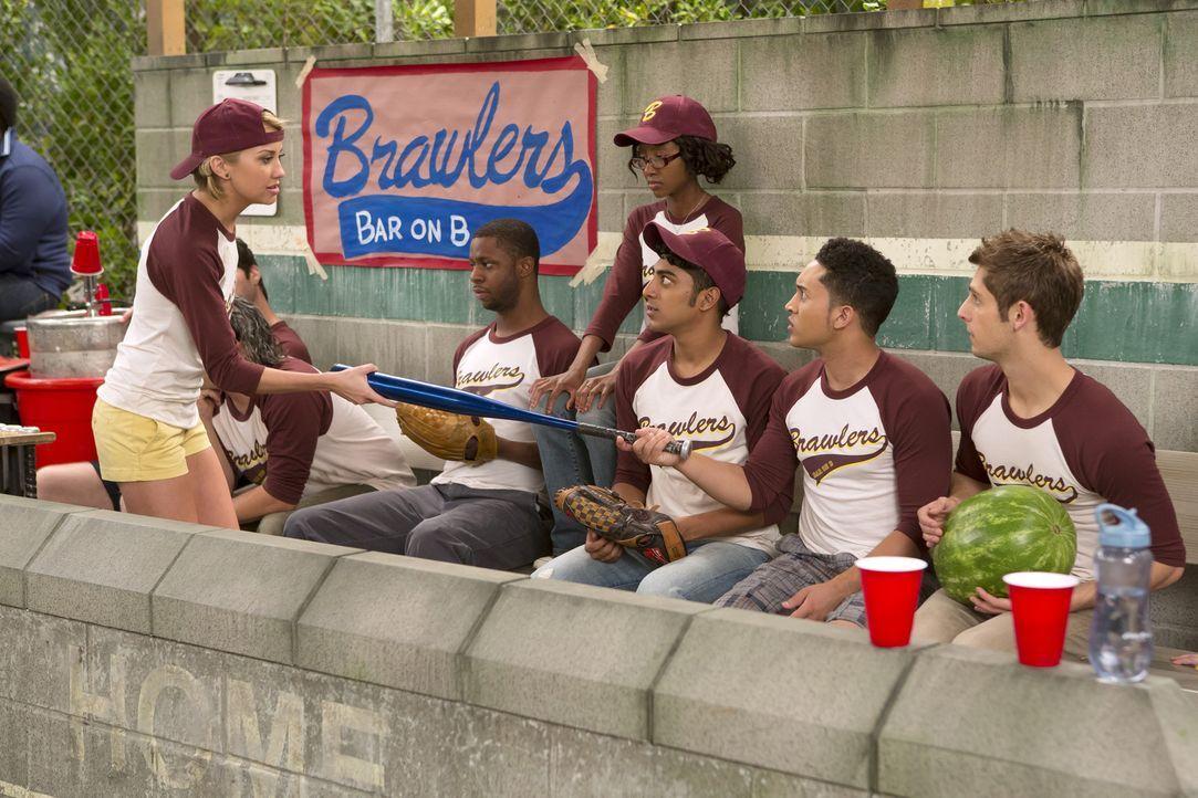 Ben (Jean-Luc Bilodeau, r.), Tucker (Tahj Mowry, 2.v.r.) und das restliche Team sind genervt von Riley (Chelsea Kane, l.), ihrem neuen Coach des Sof... - Bildquelle: Bruce Birmelin ABC Family