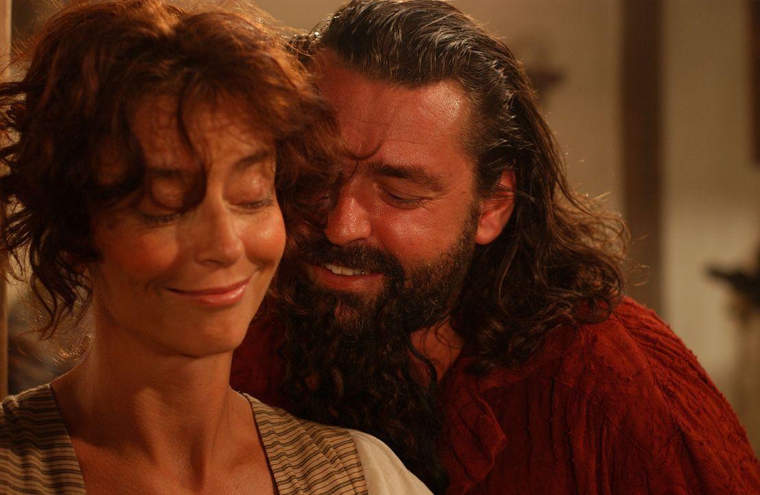 Ein eigenartiges Gespann: Kapitän Blackbeard (Angus MacFadyen, r.) und Sally (Rachel Ward, l.) ... - Bildquelle: Hallmark Entertainment