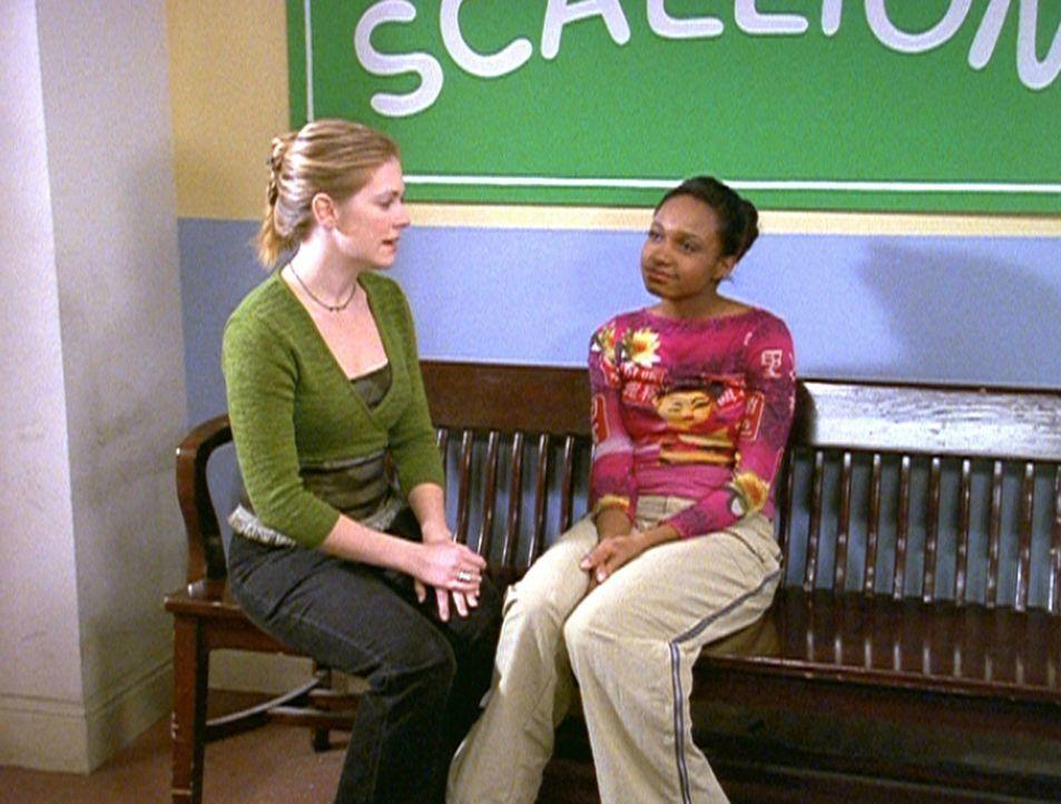 Sabrina (Melissa Joan Hart, l.) rät Dreama (China Jesusita Shavers, r.) dringend, keinen Zauber auszuüben, wenn Brad in der Nähe ist. - Bildquelle: Paramount Pictures