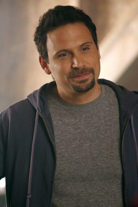 Das große Aufräumen und Ausmisten ist bei George (Jeremy Sisto) angesagt. Nachdem er mit seiner Freundin zusammenziehen möchte, gibt er nun sein Hau... - Bildquelle: Warner Brothers