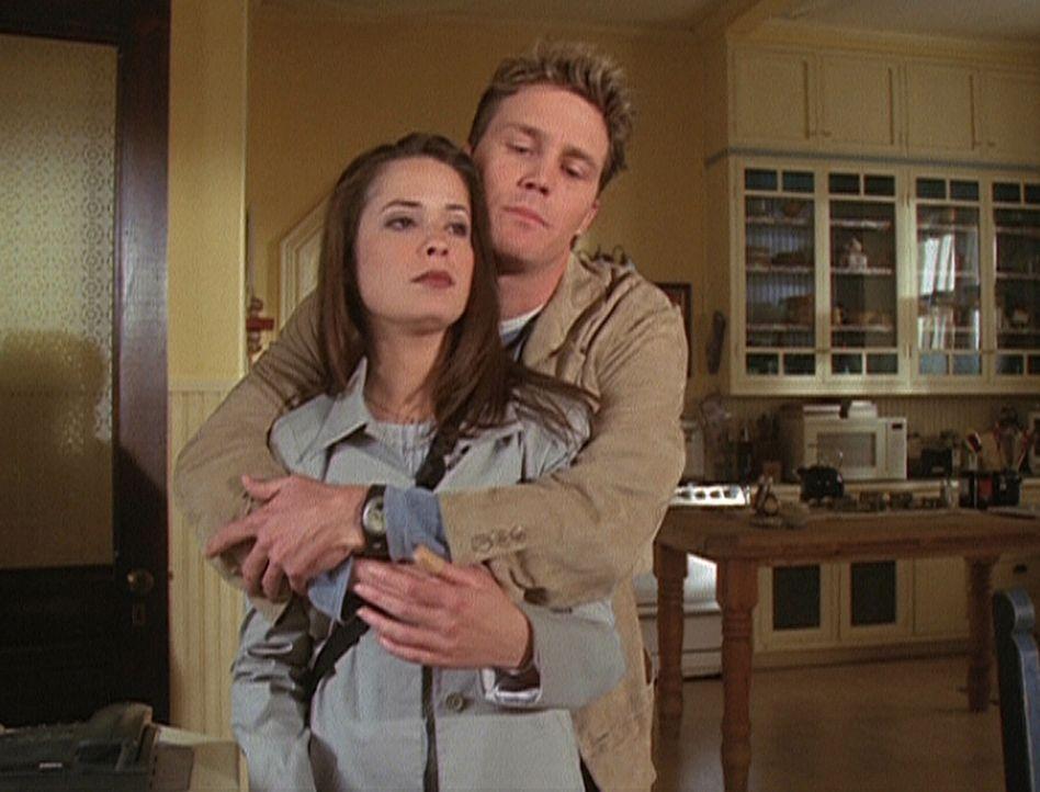 Leo (Brian Krause, r.) hat ein kleines Geheimnis vor Piper (Holly Marie Combs, l.) ... - Bildquelle: Paramount Pictures