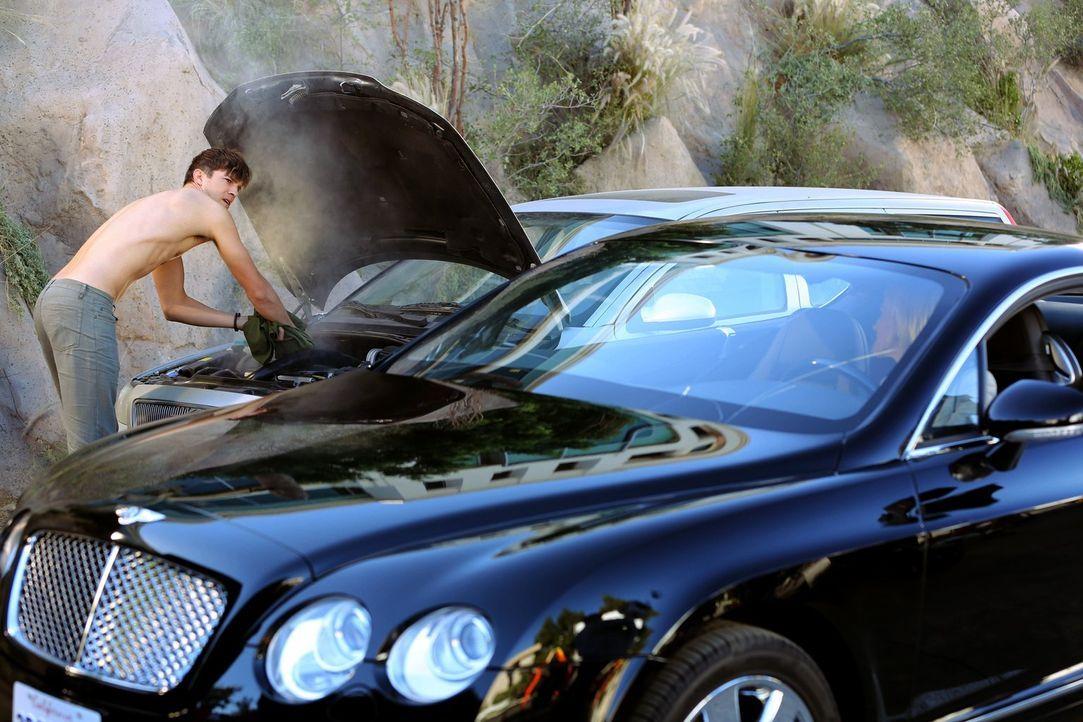 Walden (Ashton Kutcher, l.) hat sich Alans Auto ausgeliehen. Plötzlich gibt es den Geist auf, es qualmt aus der Motorhaube. Die attraktive Shari (Tr... - Bildquelle: Warner Bros. Television