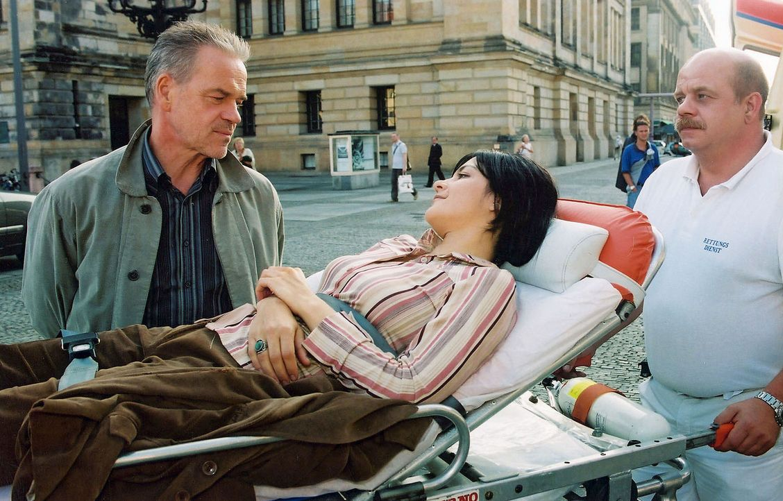Wolff (Jürgen Heinrich, l.) bedankt sich bei Anke Voller (Jasmin Tabatabai, liegend), die ihm durch ihr mutiges Eingreifen das Leben gerettet hat. - Bildquelle: Claudius Pflug Sat.1