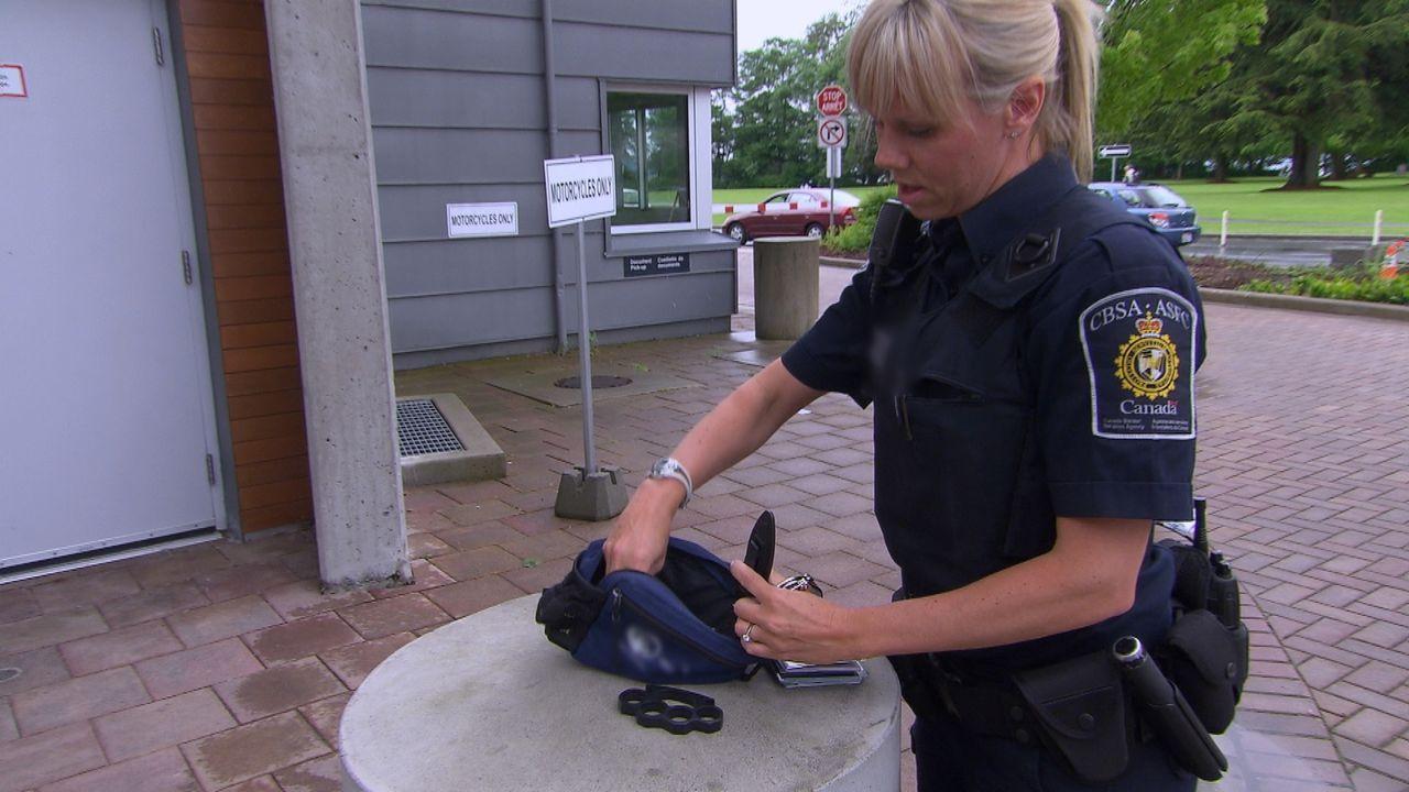 Die Beamten an der kanadischen Grenze haben alle Hände voll zu tun: Viele der 20.000 Reisenden, die täglich nach Kanada einreisen, haben etwas zu ve... - Bildquelle: Force Four Entertainment / BST Media 2 Inc.
