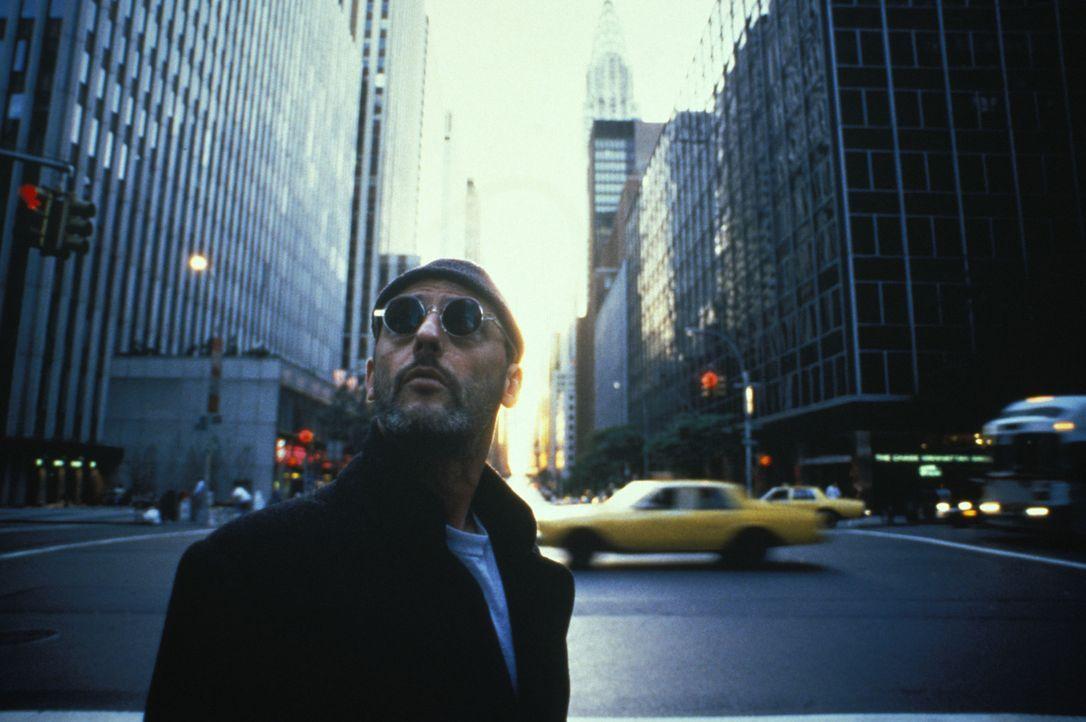 Er ist zuverlässig, pflichtbewusst - und er ärgert sich, wenn er zu spät kommt: Leon (Jean Reno), der Auftragskiller mit Prinzipien ... - Bildquelle: Gaumont