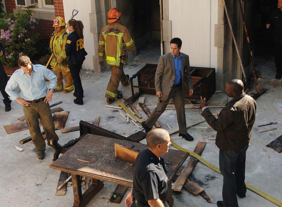 Nachdem ein Gebäude explodiert ist und der Anführer der Patmos-Gemeinde dabei ums Leben gekommen ist, beginnen Don (Rob Morrow, 2.v.r.) Coby (Dyla... - Bildquelle: Paramount Network Television