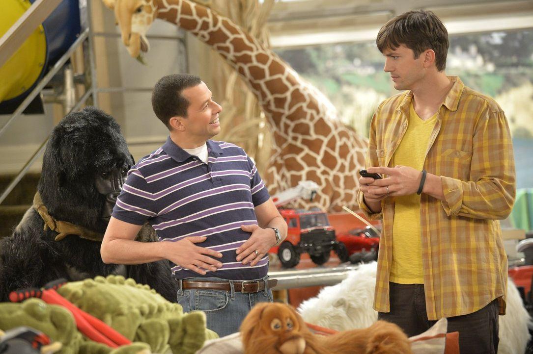 Nachdem eine Adoption fehlgeschlagen ist, bekommen  Walden (Ashton Kutcher, r.) und Alan (Jon Cryer, l.) ein Pflegekind. Die beiden setzen sich tota... - Bildquelle: Warner Brothers Entertainment Inc.