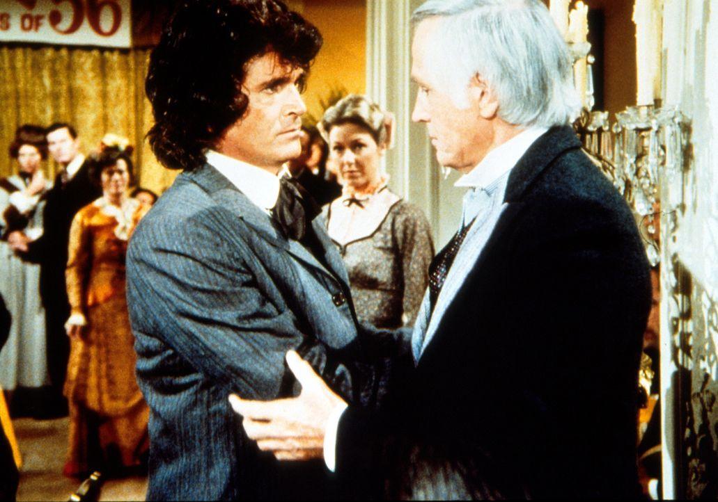 """Charles Ingalls (Michael Landon, l.) versucht Dillon Hyde (Liam Sullivan, r.) zu beruhigen. Er hatte sich seiner Frau gegenüber etwas """"rabiat"""" verh... - Bildquelle: Worldvision"""