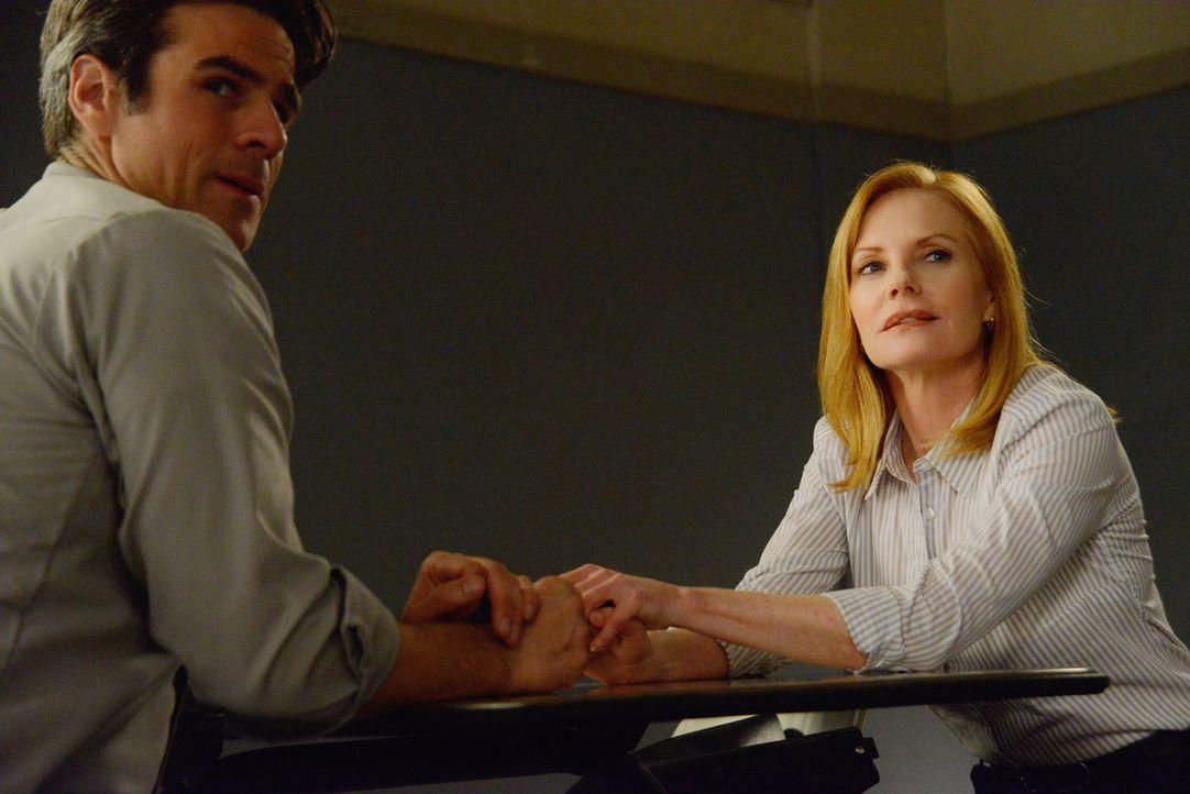 Sam (Eddie Cahill, l.) sitzt für seine Taten im Gefängnis, aber Christine (Marg Helgenberger, r.) will ihm helfen dort wieder herauszukommen ... - Bildquelle: Brownie Harris 2015 CBS Studios Inc.