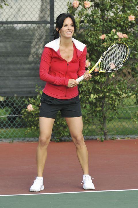 Mit ganzen Körpereinsatz gräbt Jules (Courteney Cox) Ellies neuen Freund, den Tennislehrer, an, um ihren Marktwert zu testen ... - Bildquelle: 2009 ABC INC.