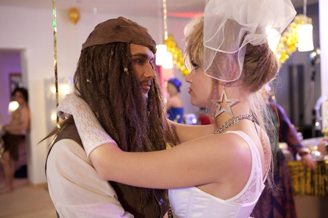 Genießen die Party: Caro (Sonja Bertram, r.) und Ben (Christopher Kohn, l.) ... - Bildquelle: SAT.1