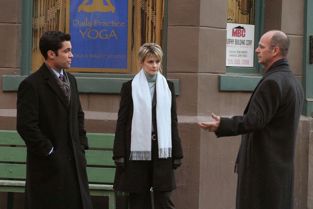 Ein Priester weiß mehr, beruft sich aber auf seine Schweigepflicht: Det. Lilly Rush (Kathryn Morris, M.), Det. Scott Valens (Danny Pino, l.) und Lt.... - Bildquelle: Warner Bros. Television