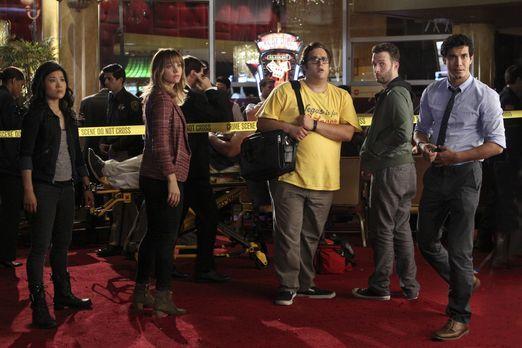 Happy (Jadyn Wong,l.), Paige (Katharine McPhee, 2.v.l.), Sylvester (Ari Stidh...