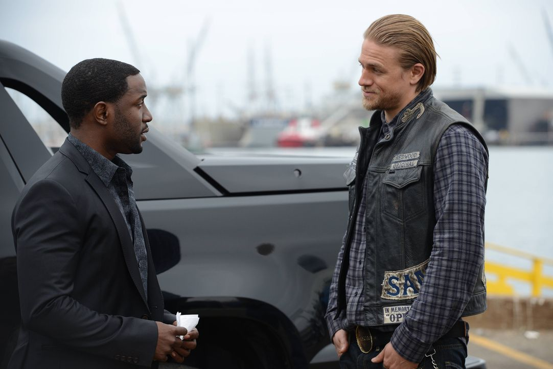 Noch sind sich Chester (Rich Paul, l.) und Jax (Charlie Hunnam, r.) nicht einig, wie sie gegen Marks vorgehen wollen ... - Bildquelle: Michael Becker 2013 Twentieth Century Fox Film Corporation and Bluebush Productions, LLC. All rights reserved.