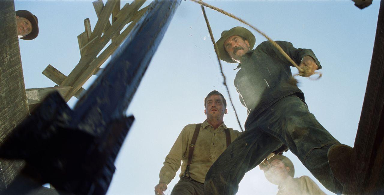 Bei einer Probebohrung in der Wüste stößt Daniel Plainview (Daniel Day-Lewis, r.) tatsächlich auf Öl ... - Bildquelle: Buena Vista International