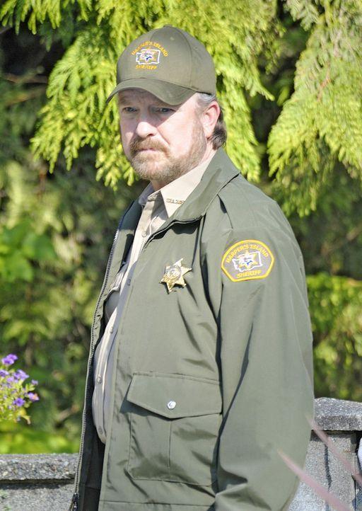 Charlie (Jim Beaver) ist der örtliche Sheriff. Er kann nicht glauben, dass der Mörder seiner verstorbenen Frau wieder frei herumläuft ... - Bildquelle: 2009 CBS Studios Inc. All Rights Reserved.