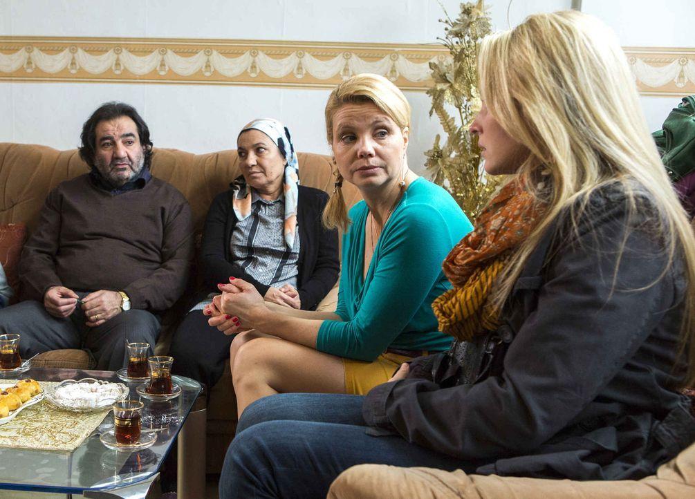 Danni (Annette Frier, 2.v.l.) arbeitet an einem ganz besonderen Fall. Ihre Mandantin, Carolin (Sonja Gerhardt, r.) hat den Muslim Amin geheiratet, w... - Bildquelle: Frank Dicks SAT.1