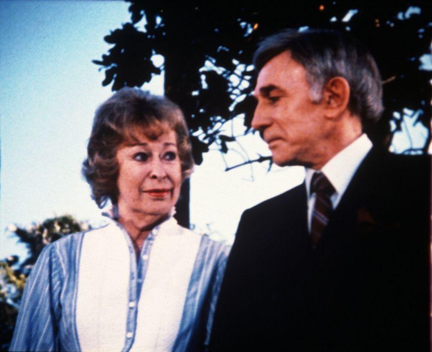 Paul (Dane Clark, r.) und Helen (Eileen Heckart, l.) sind sich einig - geschäftlich und privat. - Bildquelle: Worldvision Enterprises, Inc.