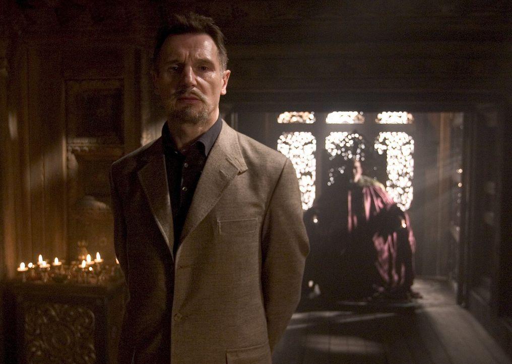 Spielt gekonnt ein doppeltes Spiel: Ra's Al Ghul (Liam Neeson) ... - Bildquelle: 2005 Warner Brothers