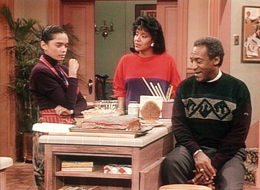 Clair (Phylicia Rashad, M.) und Cliff (Bill Cosby, r.) bezweifeln, dass Olivias Geburtstagsgästen der Vollwertkuchen von Denise (Lisa Bonet, l.) sc... - Bildquelle: Viacom