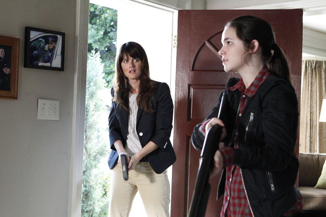 Bei einem neuen Fall wird Teresa (Robin Tunney, l.) mit ihrer Familie konfrontiert. Doch was haben ihr Bruder und ihre Nichte Annabeth (Madison McLa... - Bildquelle: Warner Bros. Television