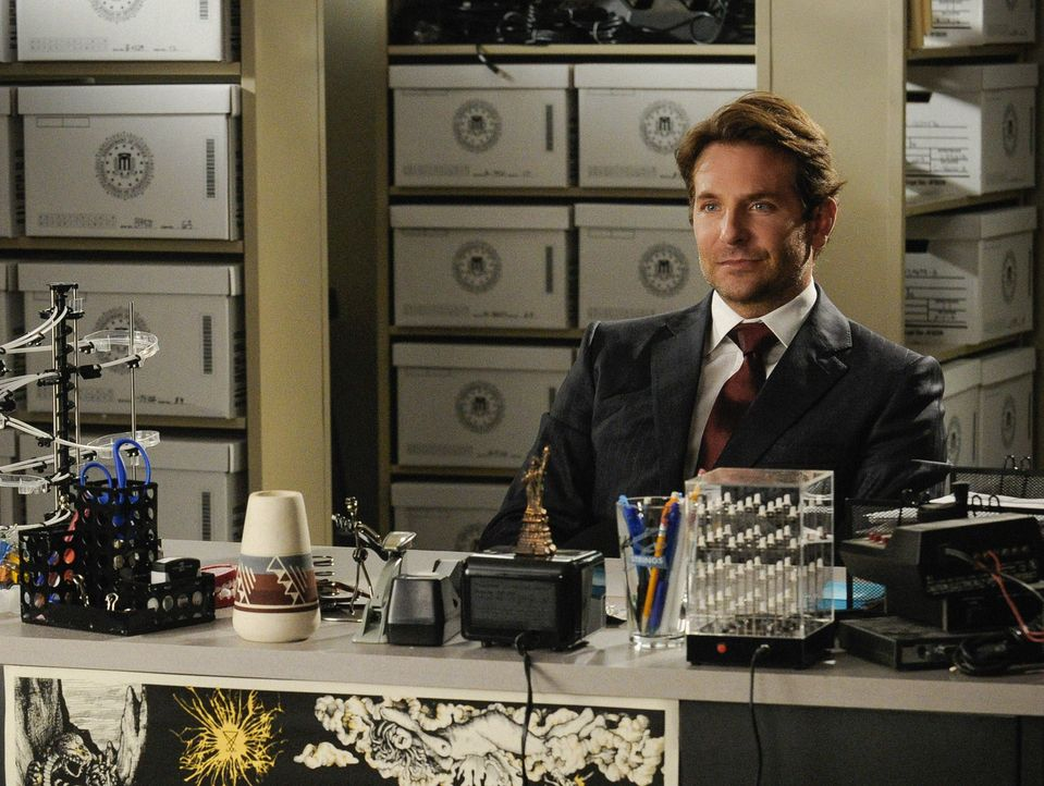 Als Senator Eddie Morra (Bradley Cooper) gerade so einen Mordversuch übersteht, beginnt das FBI zu ermitteln. Um zu verhindern, dass die Verbindunge... - Bildquelle: Jeff Neira 2015 CBS Broadcasting, Inc. All Rights Reserved